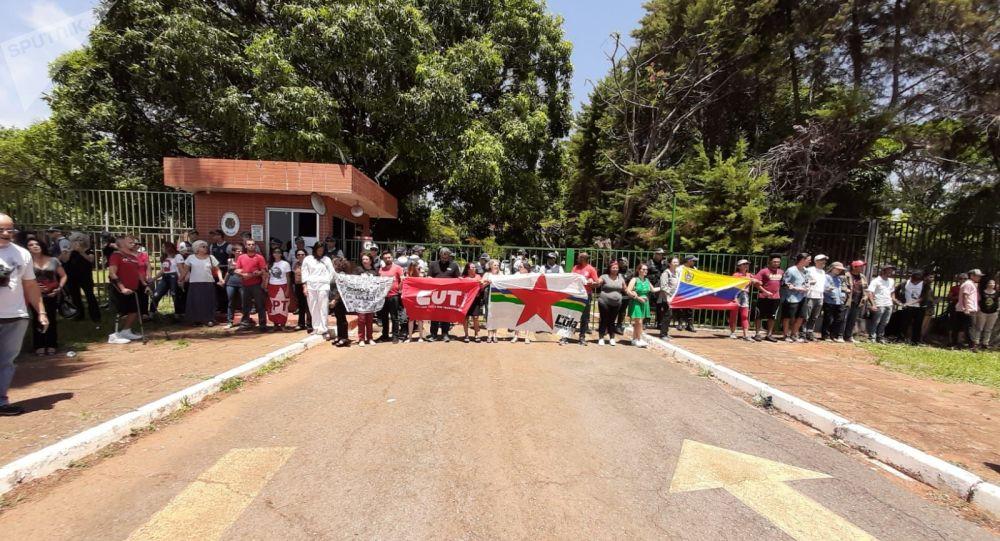 Partidarios de Nicolás Maduro cerca de la Embajada de Venezuela en Brasilia