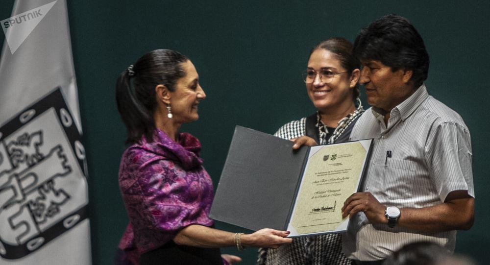 Evo Morales Ayma, expresidente de Bolivia, es reconocido como 'Huésped distinguido' de Ciudad de México de parte de la jefa de gobierno, Claudia Sheinbaum, el 13 de noviembre de 2019