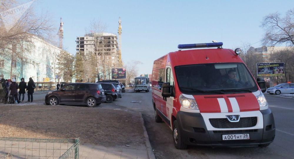 Servicio de emergencias cerca del centro educativo donde se produjo  el tiroteo en la ciudad de Blagovéschensk, en el este de Rusia