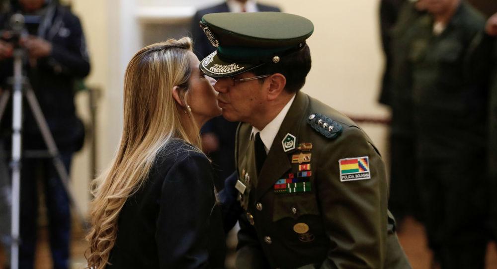 Presidenta interina de Bolivia, Jeanine Áñez, y coronel Rodolfo Montero