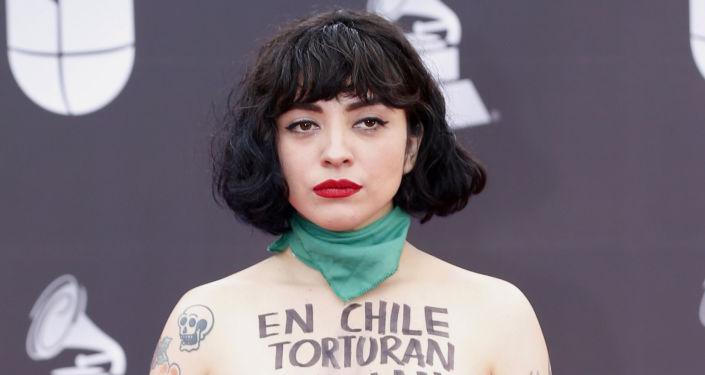 Mon Laferte, cantante chilena en la alfombra roja de los Grammy Latinos