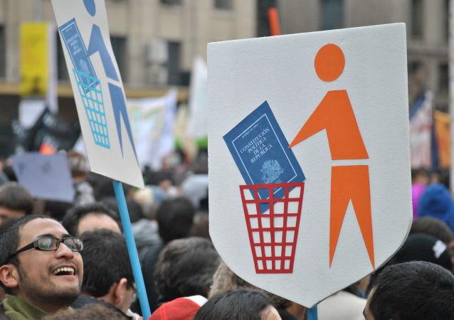 Manifestantes con carteles contra la Constitución de Chile