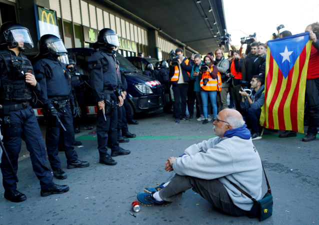 Manifestantes en la estación Sants en Barcelona