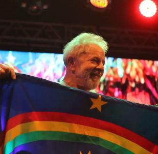 Lula se dirige a sus seguidores en un mitin multitudinario