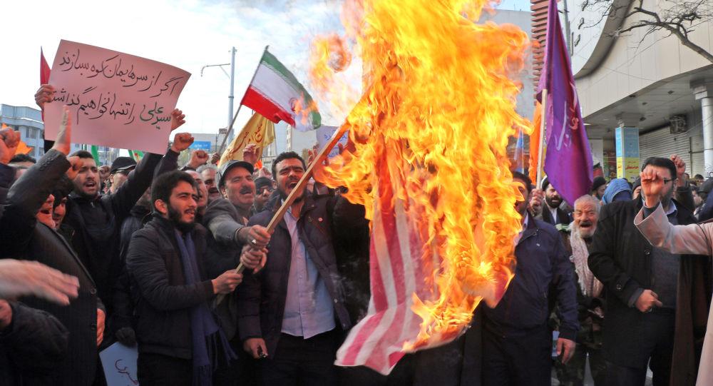 Manifestantes que apoyan al Gobierno de Irán queman la bandera de Estados Unidos