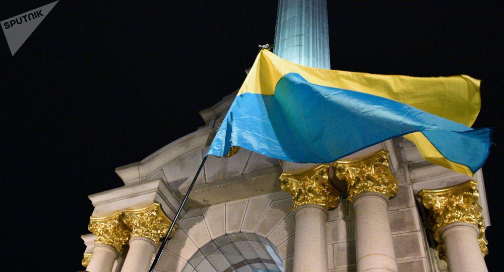 Una bandera de Ucrania en la plaza de Maidán en Kiev (archivo)