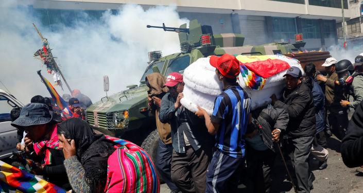 Policía boliviana dispersando con gases lacrimógenos a manifestantes en La Paz, Bolivia