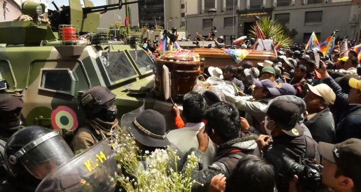 Protestas con ataúdes se apoderan de las calles de La Paz