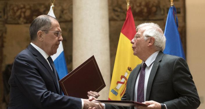El ministro de Exteriores de Rusia, Serguéi Lavrov, junto a su homólogo español, Josep Borrell