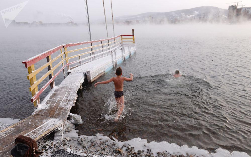 Inauguración de la temporada de nadadores de invierno en Krasnoyarsk.
