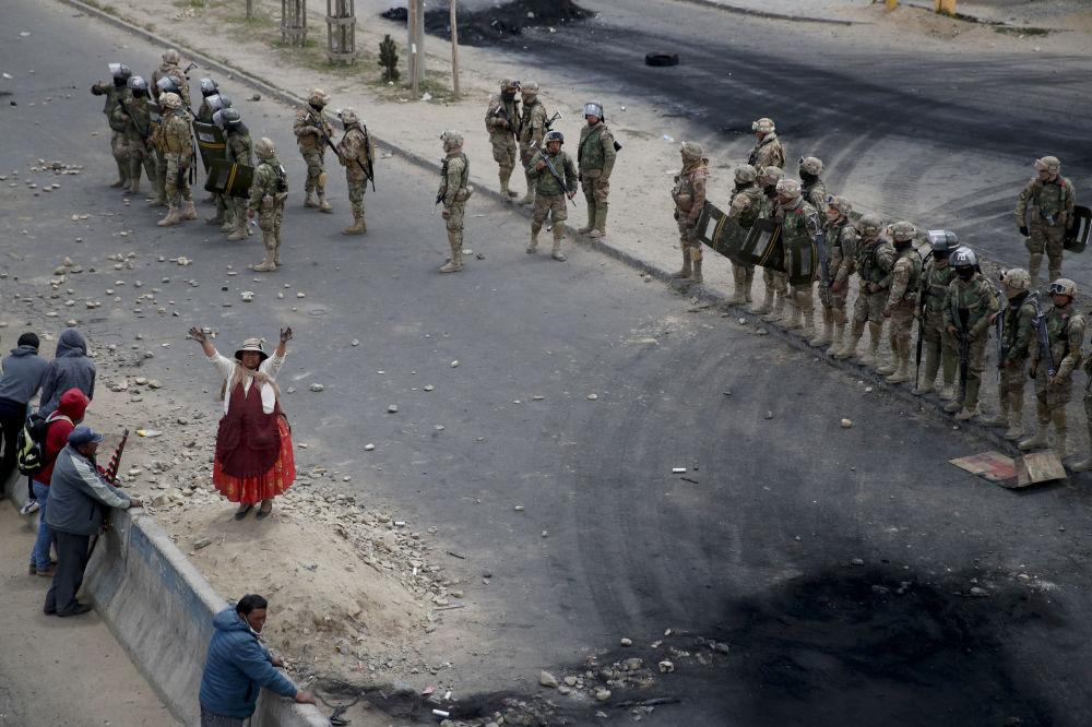 Los partidarios del expresidente de Bolivia, Evo Morales, enfrente de los soldados en el camino hacia la planta de combustible Senkata en El Alto.