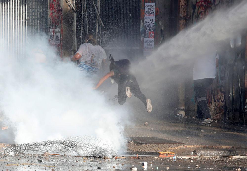 Enfrentamientos entre manifestantes y policías durante protestas antigubernamentales en Santiago de Chile.