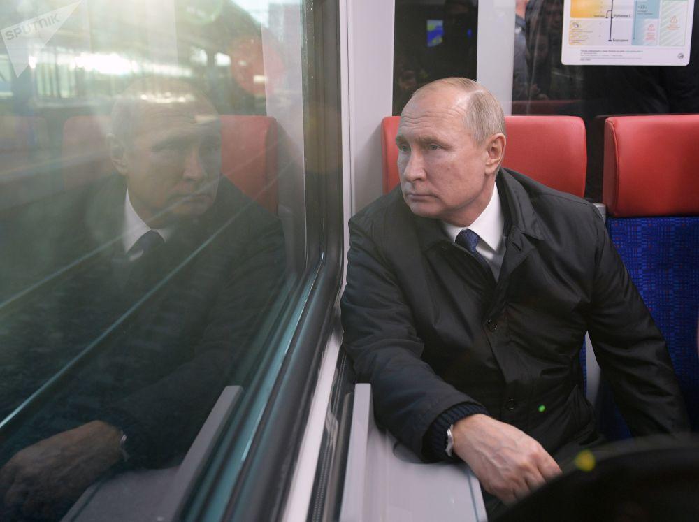 Vladímir Putin, presidente de Rusia, durante su viaje en los Diámetros centrales de Moscú, las nuevas líneas del sistema de trenes de la capital rusa.