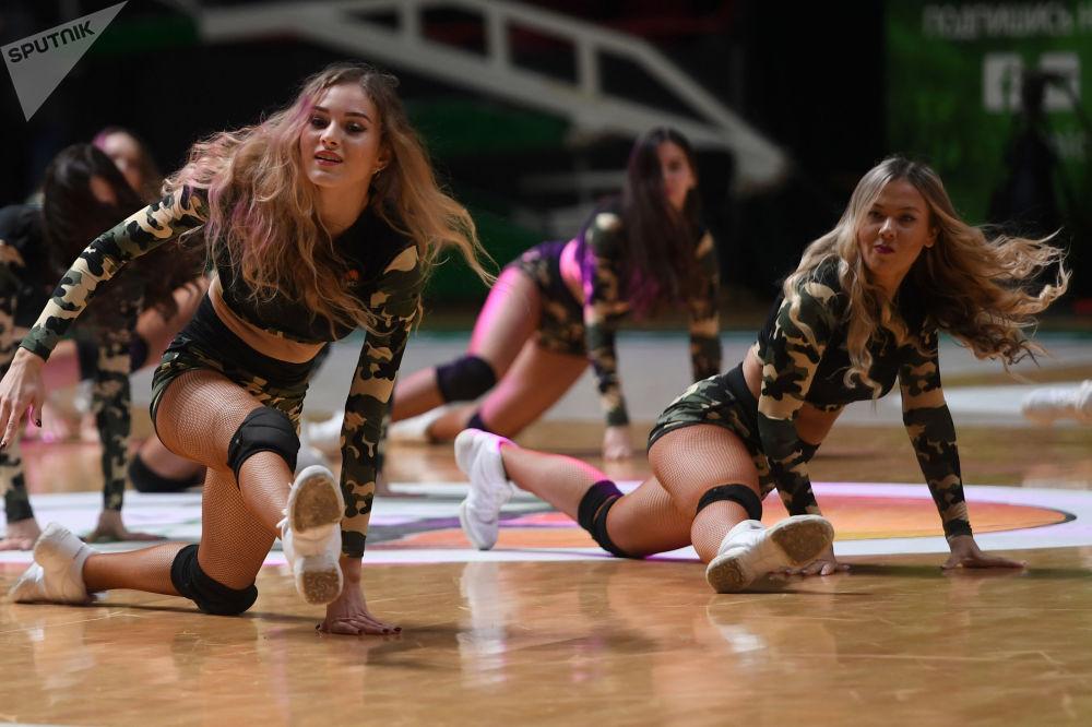 Las animadoras del club Unics (Kazán, Rusia) durante un partido de la Copa de Europa de baloncesto.