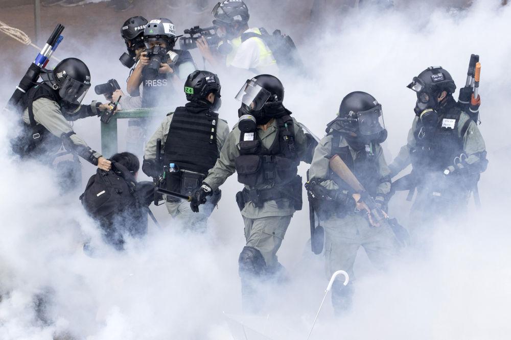 Los policías detienen a un manifestante durante las protestas en Hong Kong.