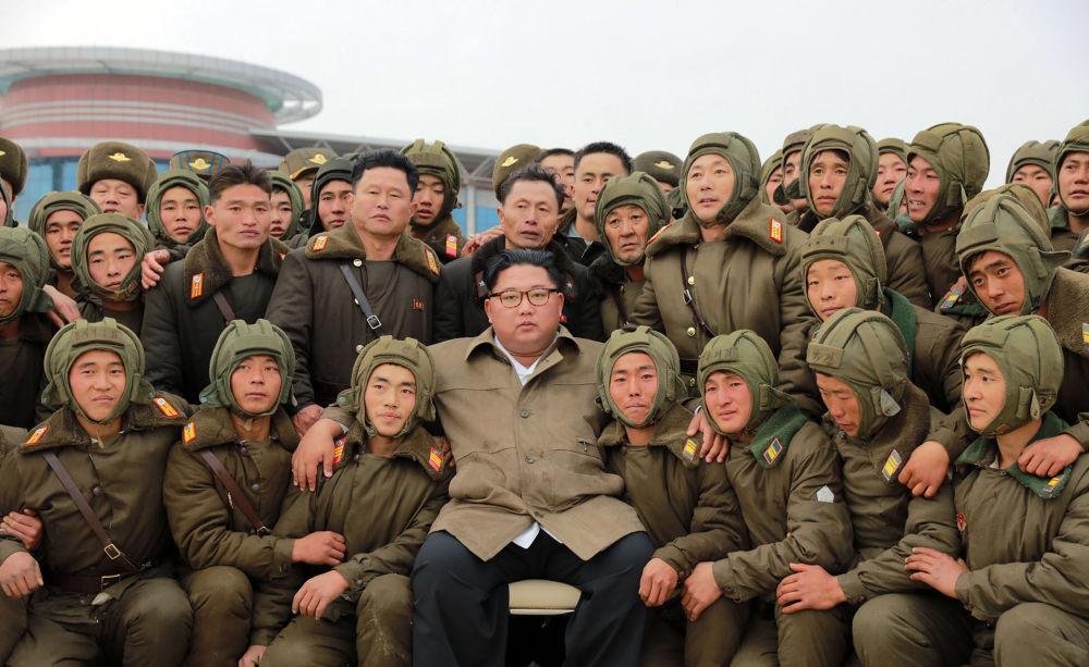 Kim Jong-un con los militares de las Fuerzas Aéreas y de Defensa Antiaérea de Corea del Norte.