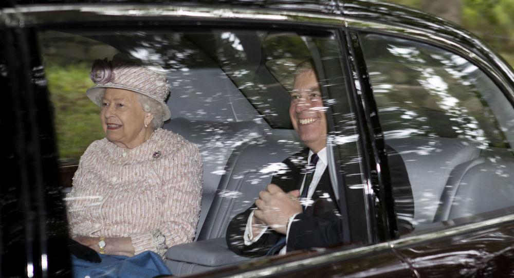 La reina de Inglaterra, Isabel II,  y su hijo el príncipe Andrés, duque de York