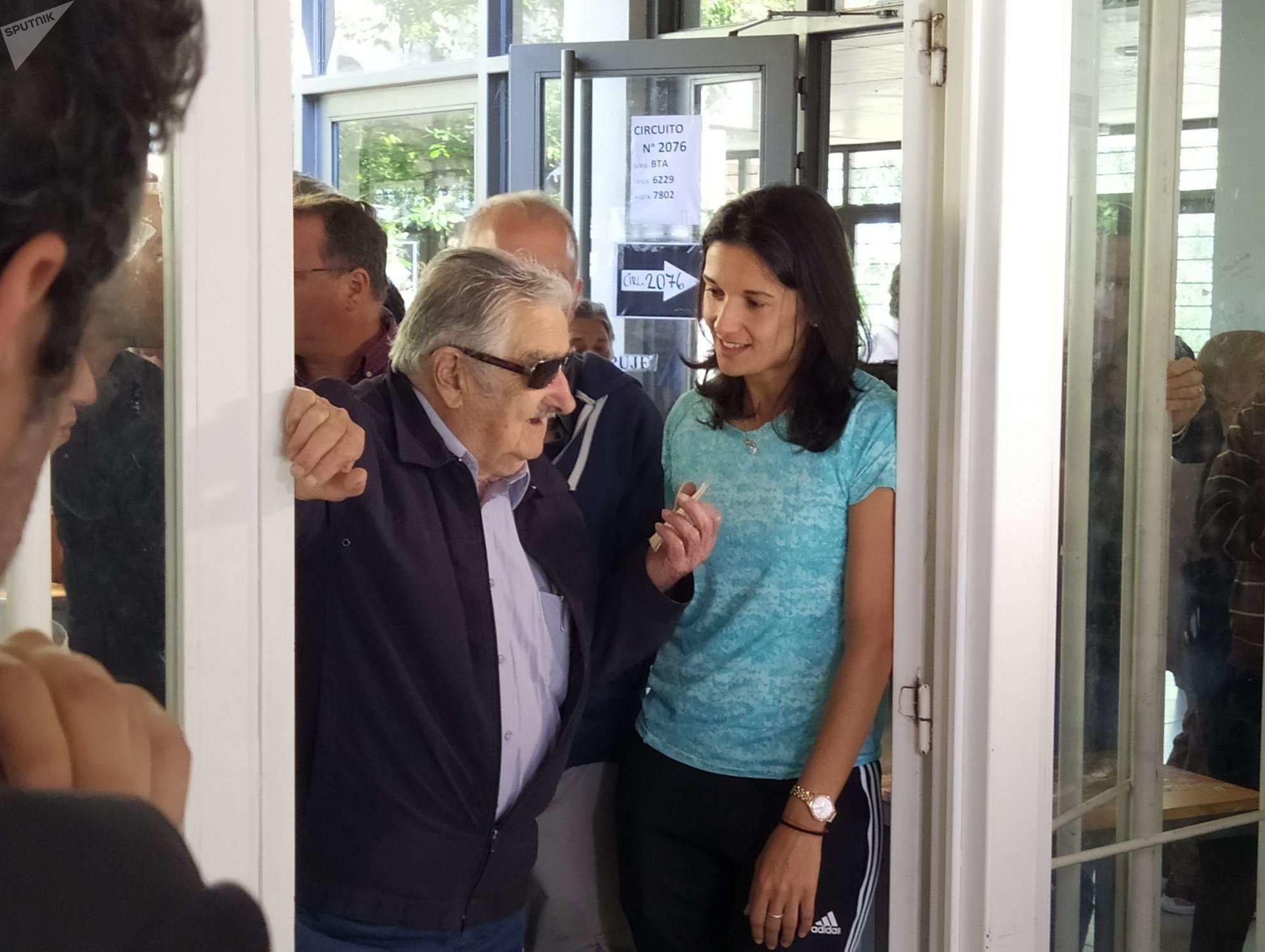 Mujica con Claudia Umpiérrez, primera mujer en ser árbitra internacional de fútbol de Uruguay, que fue funcionaria de mesa