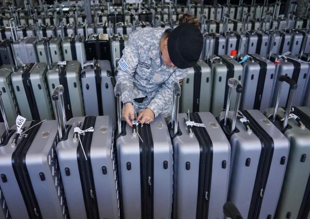 Una guardia revisa las etiquetas de las maletas que contienen los votos de los electores de Uruguay