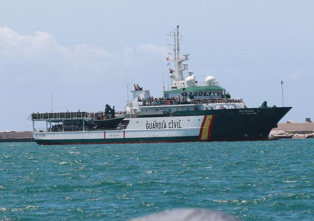 Un barco de Guardia Civil de España