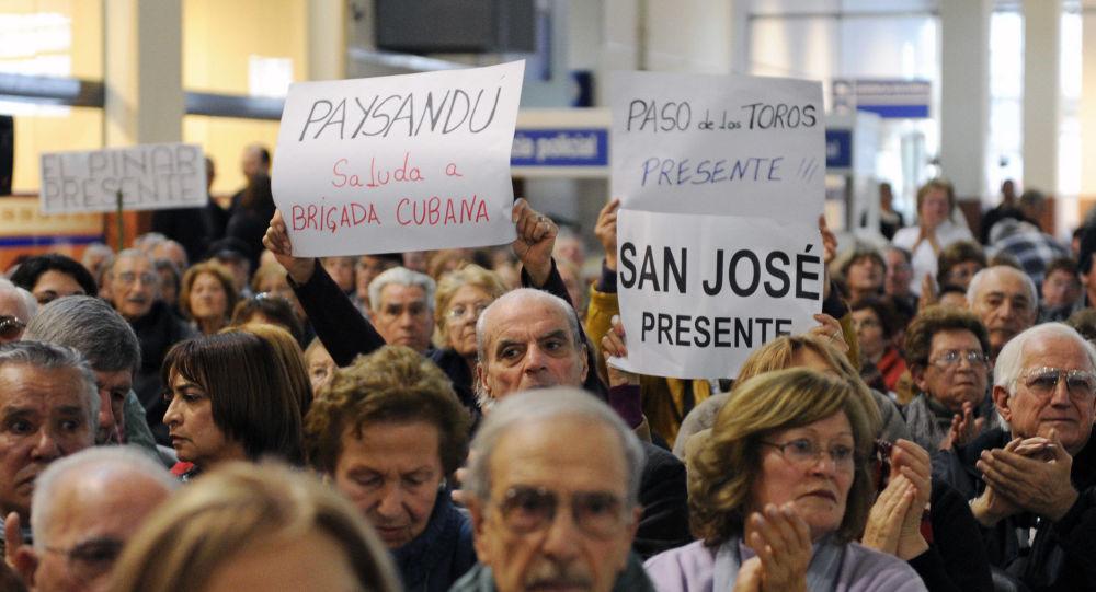 Uruguayos apoyan permanencia de los médicos cubanos