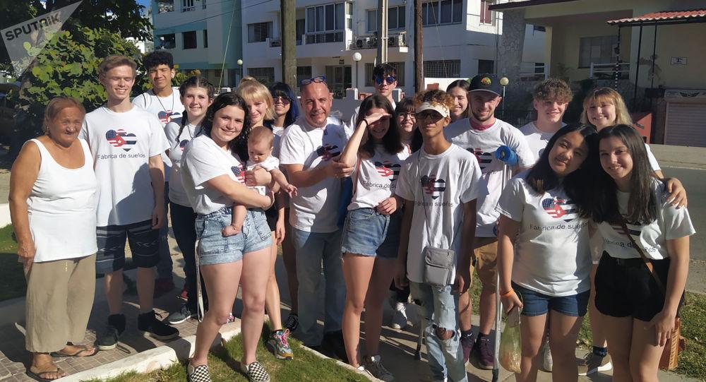 Carlos Lazo y sus alumnos estadounidenses compartiendo con cubanos en las calles de La Habana