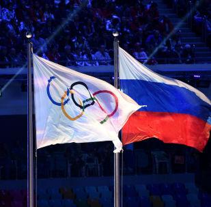 La bandera olímpica y la bandera de Rusia