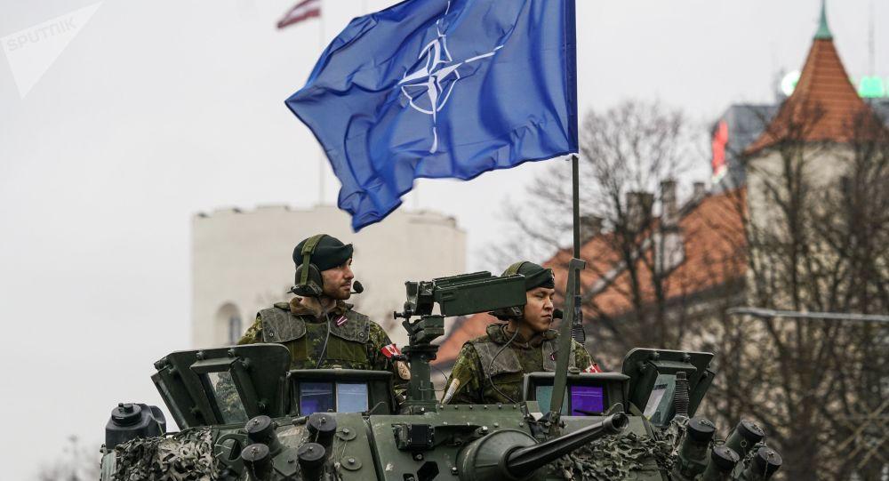 Militares con la bandera de la OTAN