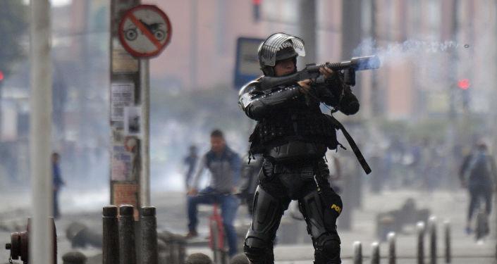 Policía antidisturbios durante las protestas en Bogotá, Colombia