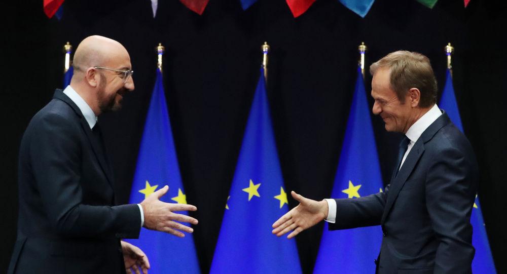 El presidente del Consejo Europeo, Donald Tusk (drcha), y su sucesor, Charles Michel (izqda)