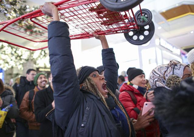 Una mujer con un carrito en EEUU.
