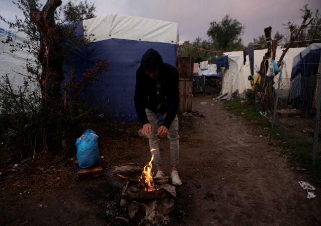 Un refugiado en la isla griega de Lesbos