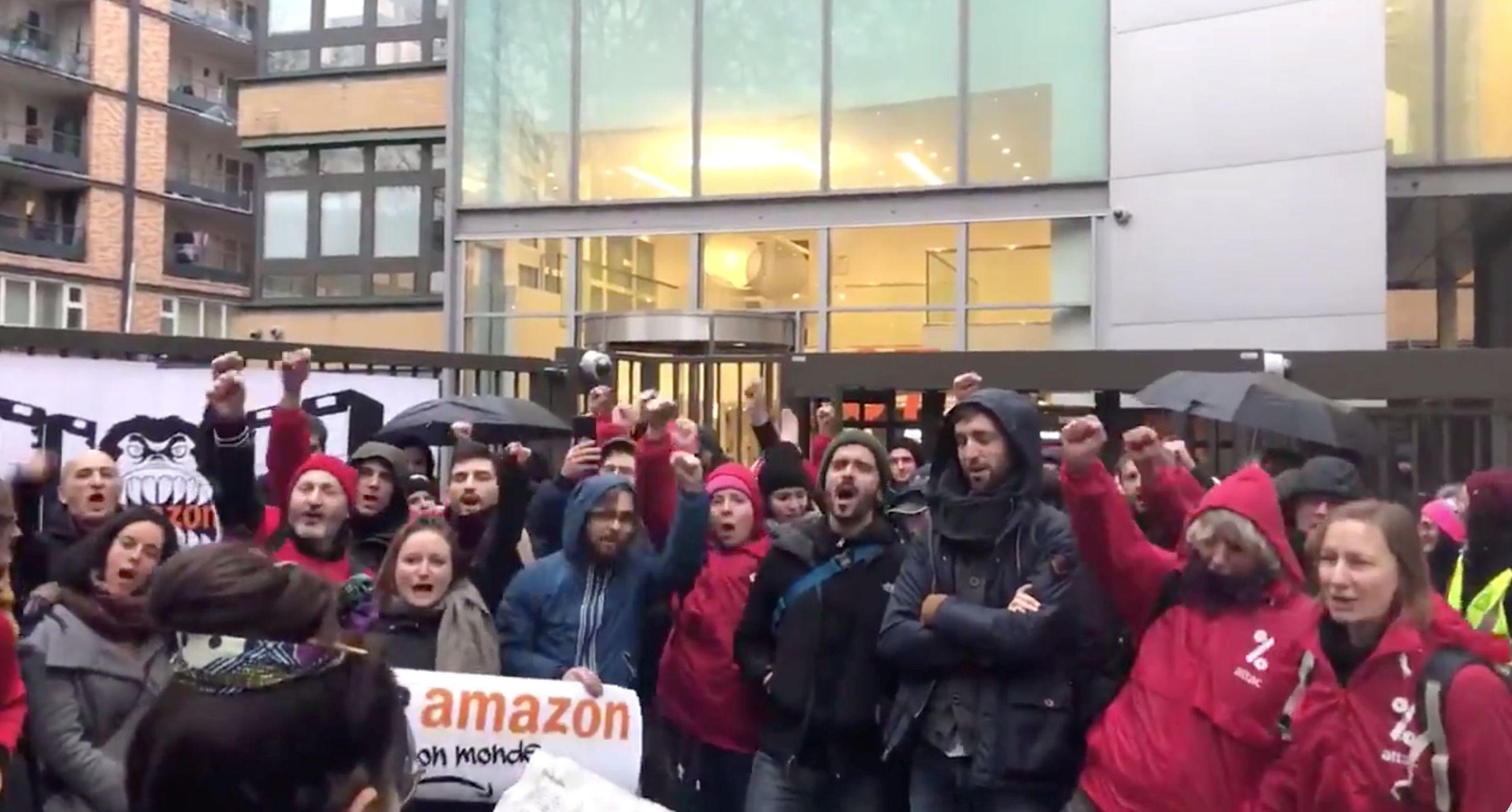 Protesta contra Black Friday cerca de la sede francesa de Amazon