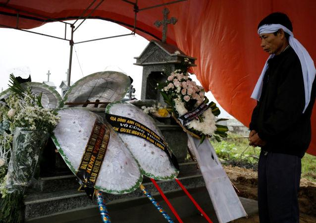Padre de uno de los 39 vietnamitas hallados en un camión en el Reino Unido cerca de la tumba de su hijo
