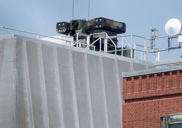 Un sistema de defensa antiaérea en el techo de un edificio enfrente de la Casa Blanca en EEUU