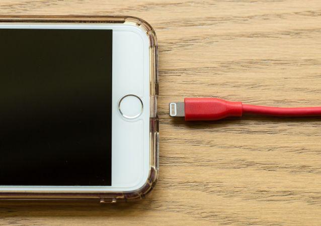 Un teléfono con cable de carga