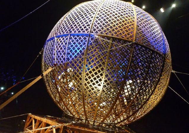 Motociclistas dentro de un globo, atracción del circo (imagen referencial)