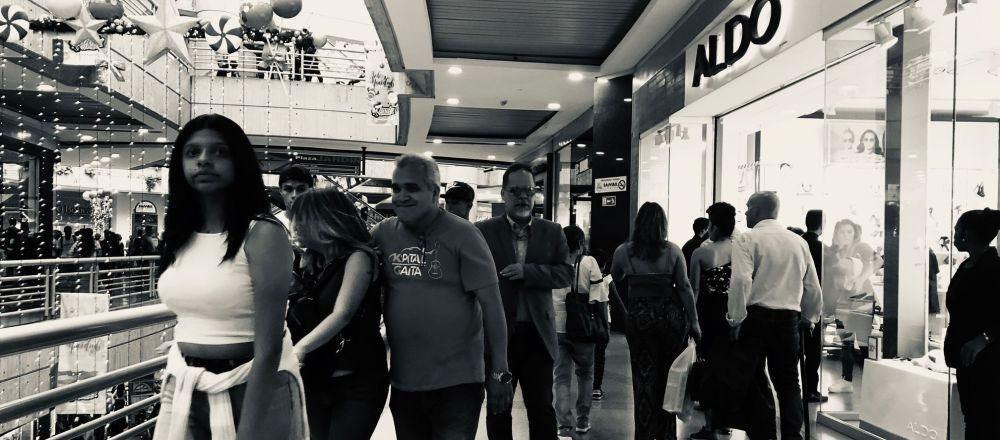 Venezolanos comprando durante el Black Friday en el centro comercial Sambil de Caracas