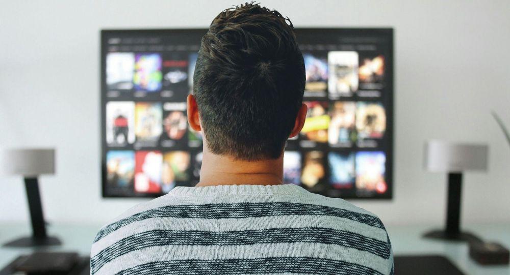 Hombre mirando TV - Imagen referencial