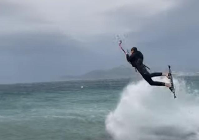 No apto para miedicas: el fuerte viento se lleva a un kitesurfista en Francia
