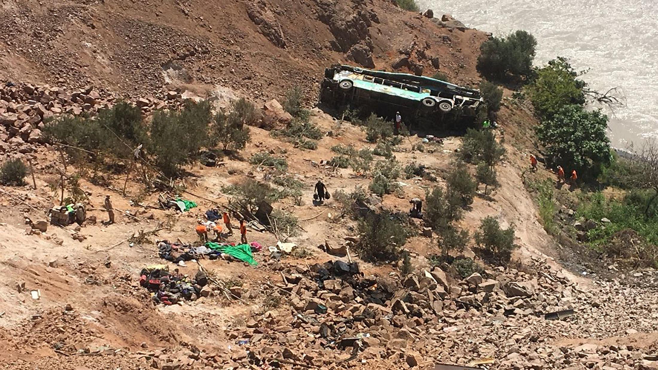 Autobús de dos pisos siniestrado tras caer por un barranco de camino a Arequipa, Perú