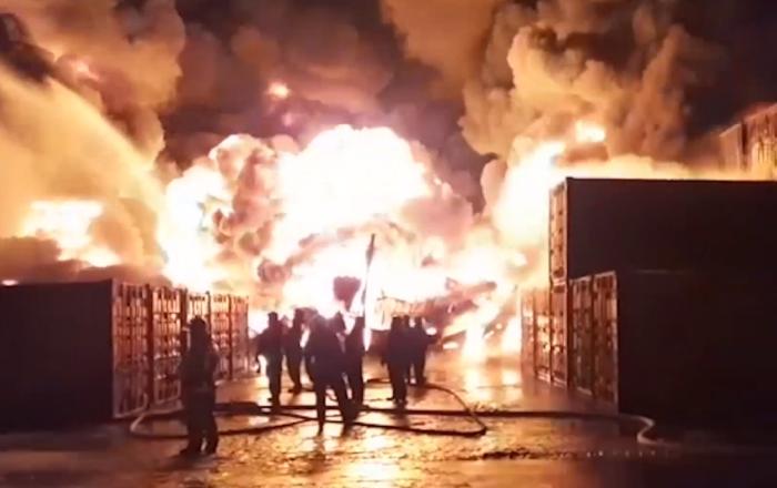 Un incendio de ciencia ficción puso al límite a los bomberos en San Petersburgo