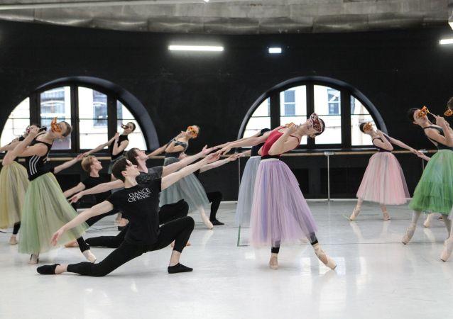 Los artistas de la compañía Yacobson Ballet ensayan el ballet 'La dama de picas'