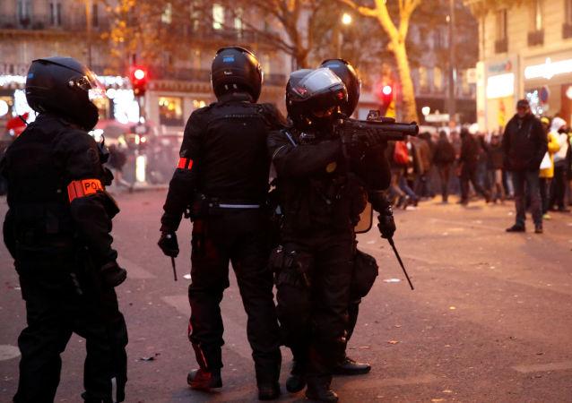 La policía durante las protestas en París