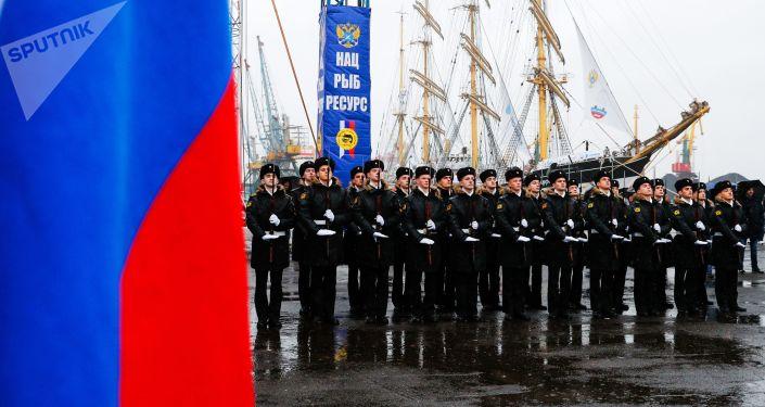 Soldados durante la ceremonia de despedida de los veleros Sedov y Kruzenshtern en el puerto de Kaliningrado