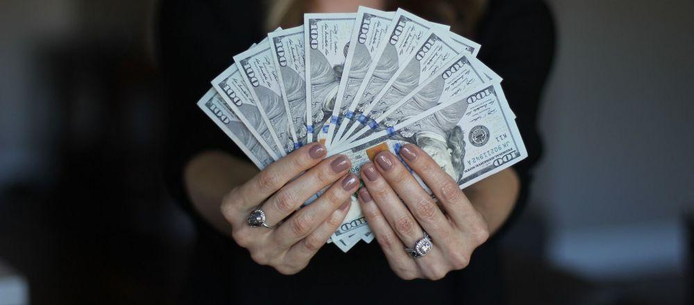 Una mujer con dinero