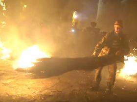 Escobas flameantes en un festival tradicional de un pueblo español