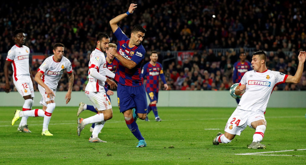 El delantero del FC Barcelona Luis Suárez marca un gol de tacón