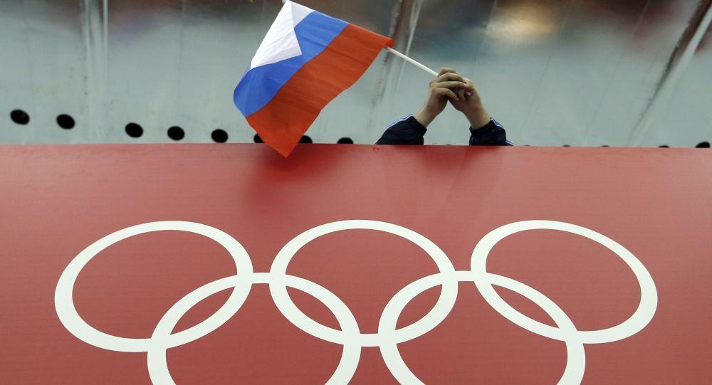 Anillos olímpicos y la bandera de Rusia