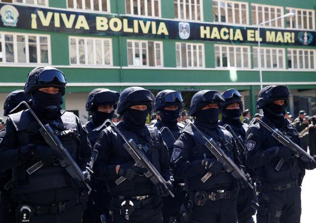 Policías de un cuerpo antiterroristas forman durante un acto en Bolivia